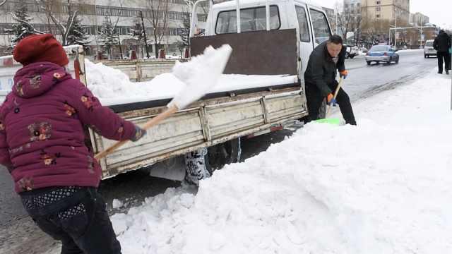 黑龙江大雪!农民开车进城,清雪赚钱