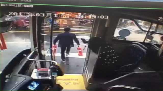 路边商铺起火,公交司机2次下车灭火