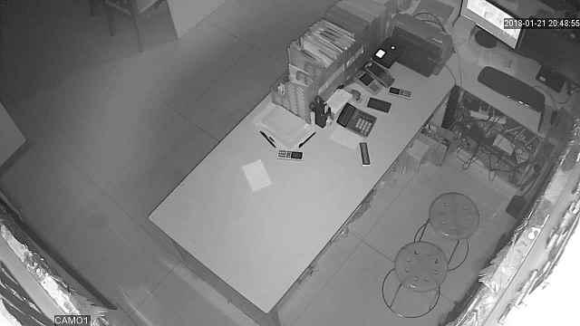 男子盗窃婚纱店,监控全程拍下