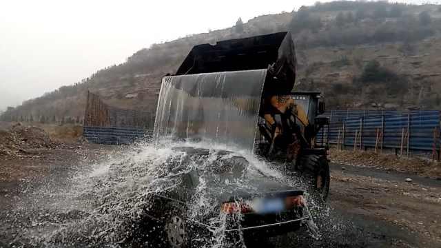 洗车新姿势!他开铲车舀河水直接淋