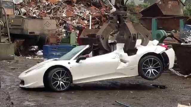 法拉利废品场被摧毁,车主要告警察