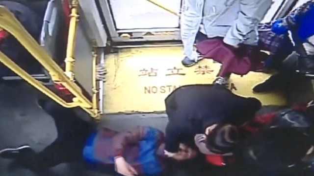 乘客公交晕倒抽搐,女子冲出掐人中