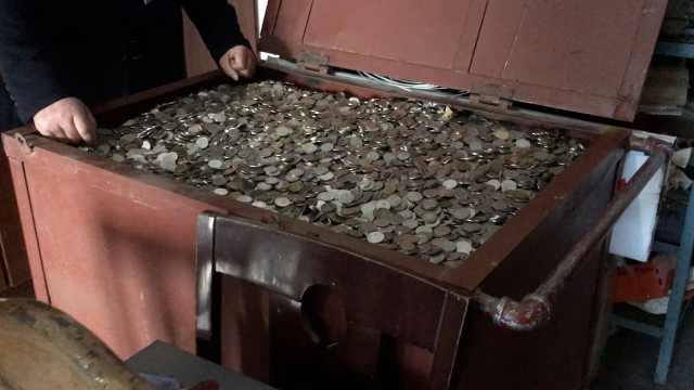 公交公司8年收20万枚假币,装满箱子