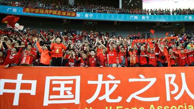 国足0:6惨败,球迷高唱《永不放弃》