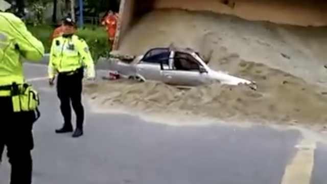 沙土车失控冲上路肩,侧翻压扁轿车
