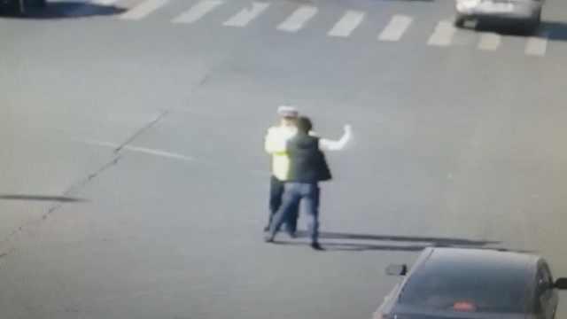 他路口停车打辅警:快报警,能咋地