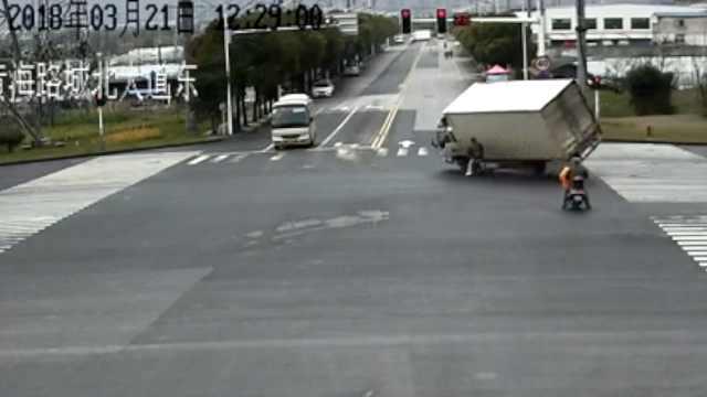 惊!男子骑电驴闯红灯险被车压