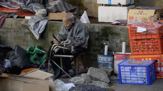 补鞋84年,97岁老人每天仍坚持出摊