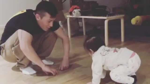 超温馨!陈冠希带1岁女儿学走路