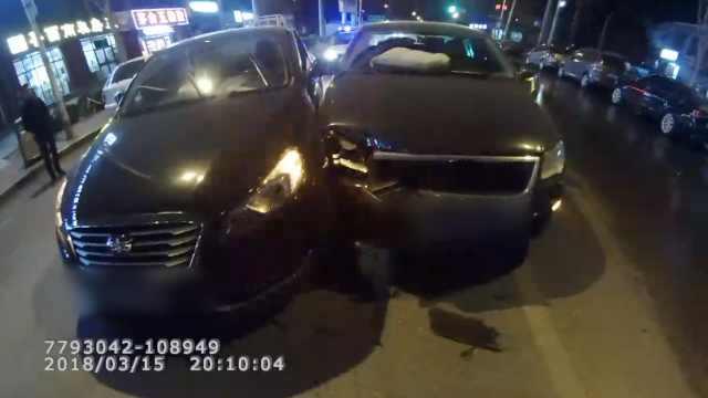 轿车违规变道,自己车轮被撞歪