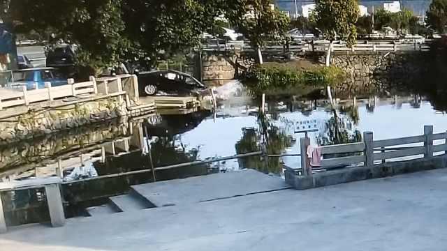 晕!岸边洗车,司机一脚油门冲进河
