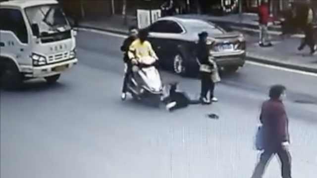 摩托男撞倒老人逃逸,民警身体挡车