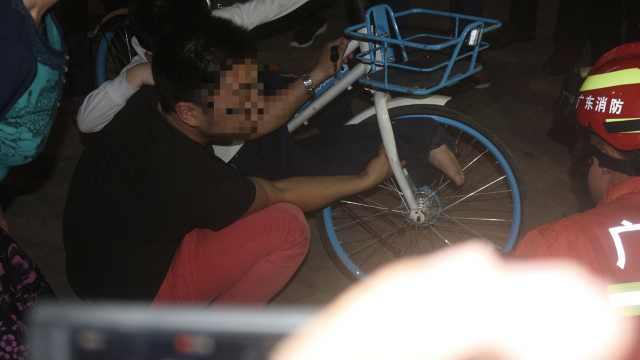 他骑共享单车载娃,小孩脚掌卡车轮
