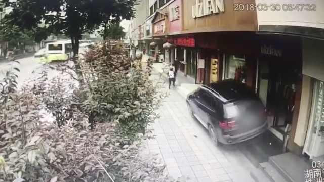 司机开车看手机,宝马上人行道伤3人