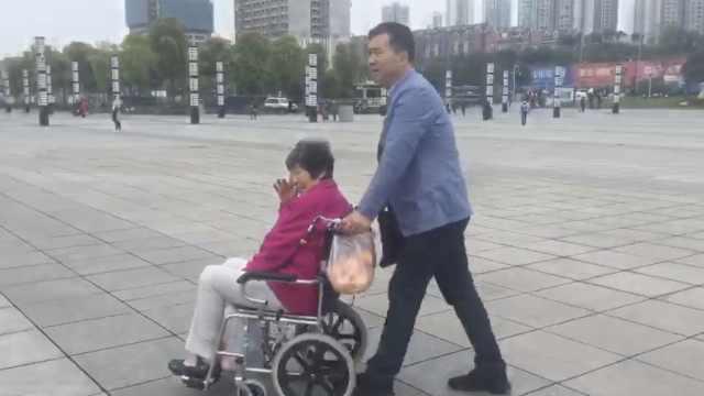他推8旬母亲游重庆,母:游遍全球