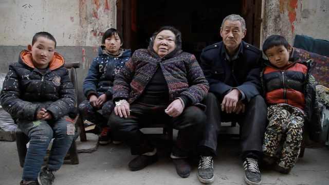拾荒夫妇39年收养9弃婴:不忍心不救