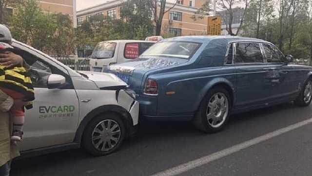 共享汽车撞豪车,公司:被后车顶的