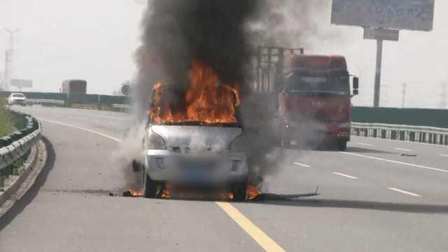 手机没电车起火,司机求路人帮报警