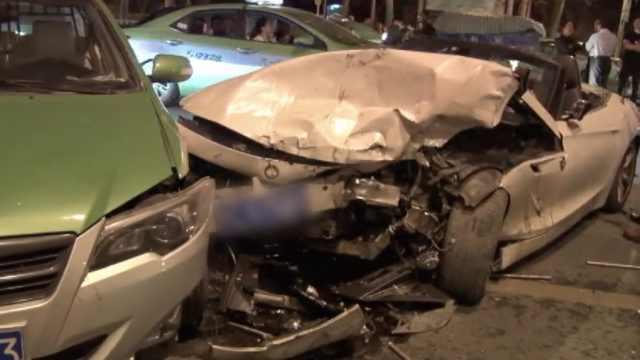 女子疑酒后开跑车兜风,撞5车伤5人