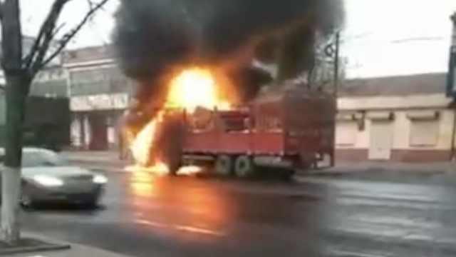 路遇货车起火,环卫工开洒水车扑救