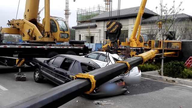 险!吊车长臂砸向马路,两车被砸扁