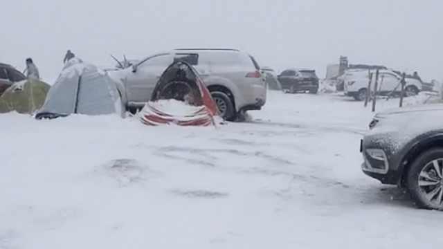 市民假期开心露营,遇一夜大雪冻傻
