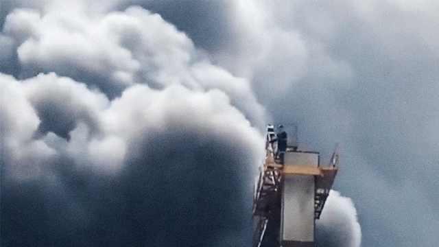 工地失火他被困塔吊,拍下腳底黑煙