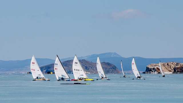 贝加尔湖上举办冰帆赛,选手飙帆船
