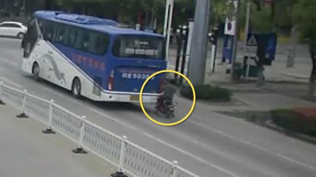 男子骑车看手机,直怼客车撞断2肋骨