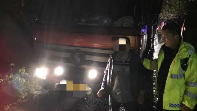 货车撞开警车疯逃,慌不择路进死角