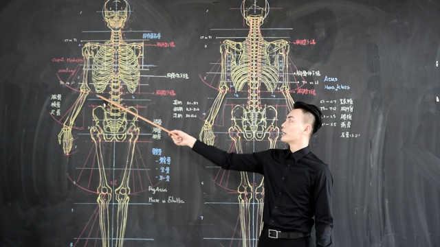 高难度板书!男神老师画骨骼走红