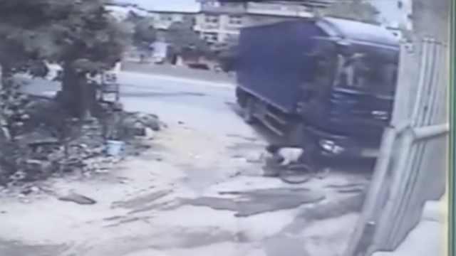 她骑车冲入货车盲区,被卷车底身亡