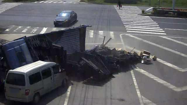 """大货车为避让, """"摔""""向面包车"""