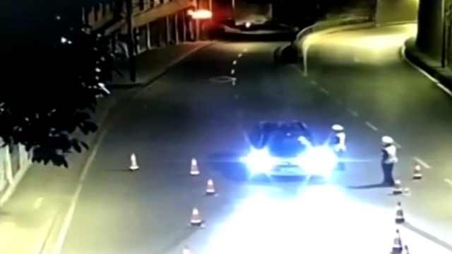 酒后驾车冲卡 司机竟是网逃人员!