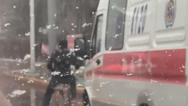 救护车急接病人,却被骑车男挡路中