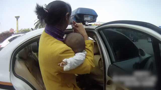 2岁娃烫伤脱皮,警车一路疾驰送医