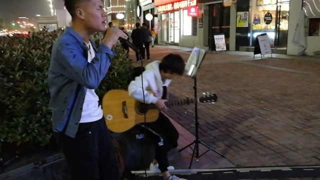 大学生欲开巡回演唱会,街头先练胆