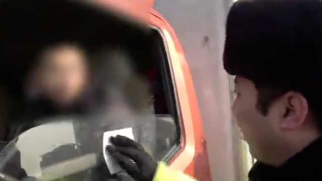 为逃避处罚,司机捡了个罚单贴车上