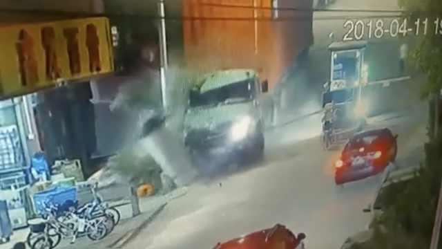 疑司机忘拉手刹货车溜坡,5路人被撞