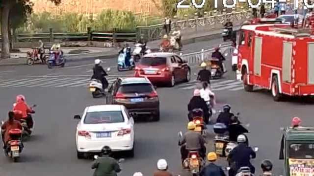 消防车救援十万火急,多车挡道被罚