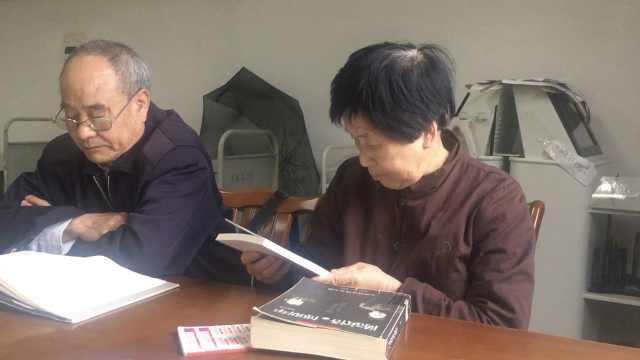7旬奶奶爱看书:不看书很难受