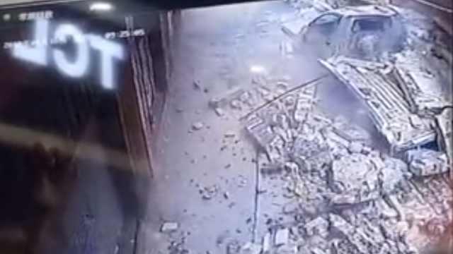 吓!围墙瞬间倒塌,多辆小车被掩埋