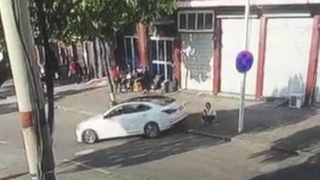 女司机误踩油门,无辜路人惨遭碾压