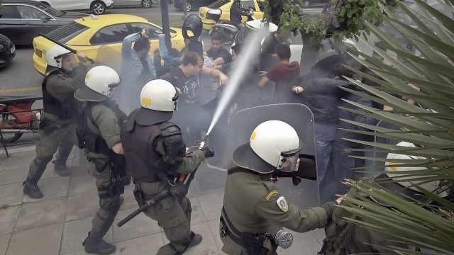 希腊反战人士美国使馆前抗议爆冲突