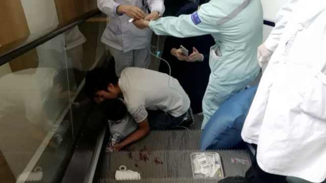 惊险!5岁男孩手卡扶梯,护士8秒救出