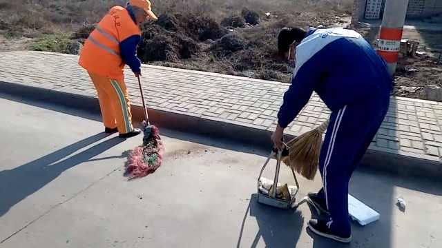 少年每天帮环卫奶奶扫地:我干活快