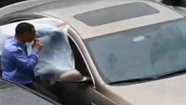 车主粗心忘关窗,保安塑料膜封上
