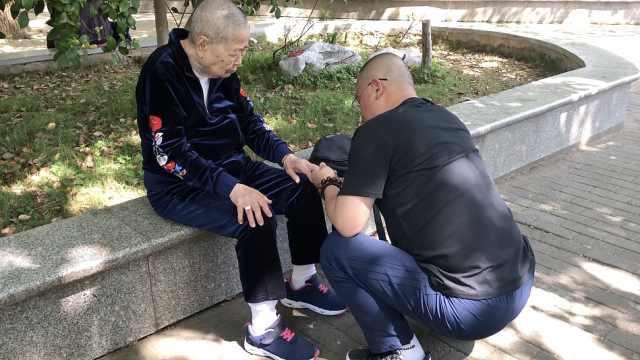 他为88岁母亲剪指甲:她是工作重心