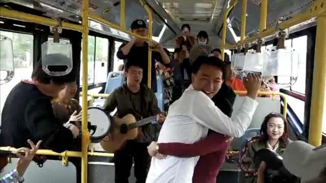 他租公交组乐队:只为补妻子1个求婚