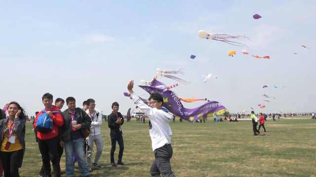 台湾同学山东潍坊放飞超大风筝